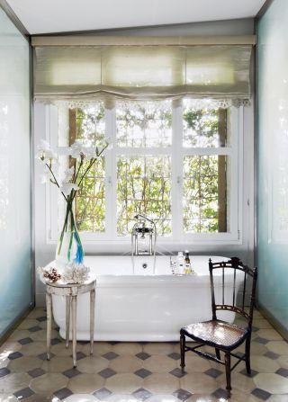 Contemporary Bathroom by El Estudio de Isabel López-Quesada and Pablo Carvajal Urquijo Architect in Madrid, Spain