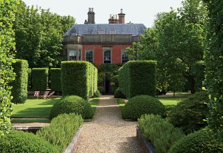 Traditional Garden by Anouska Hempel Design in Wiltshire, England