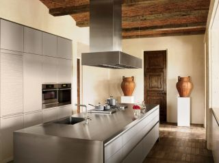Traditional Kitchen by Atelier AM and William Hablinski Architect in Las Vegas, Nevada